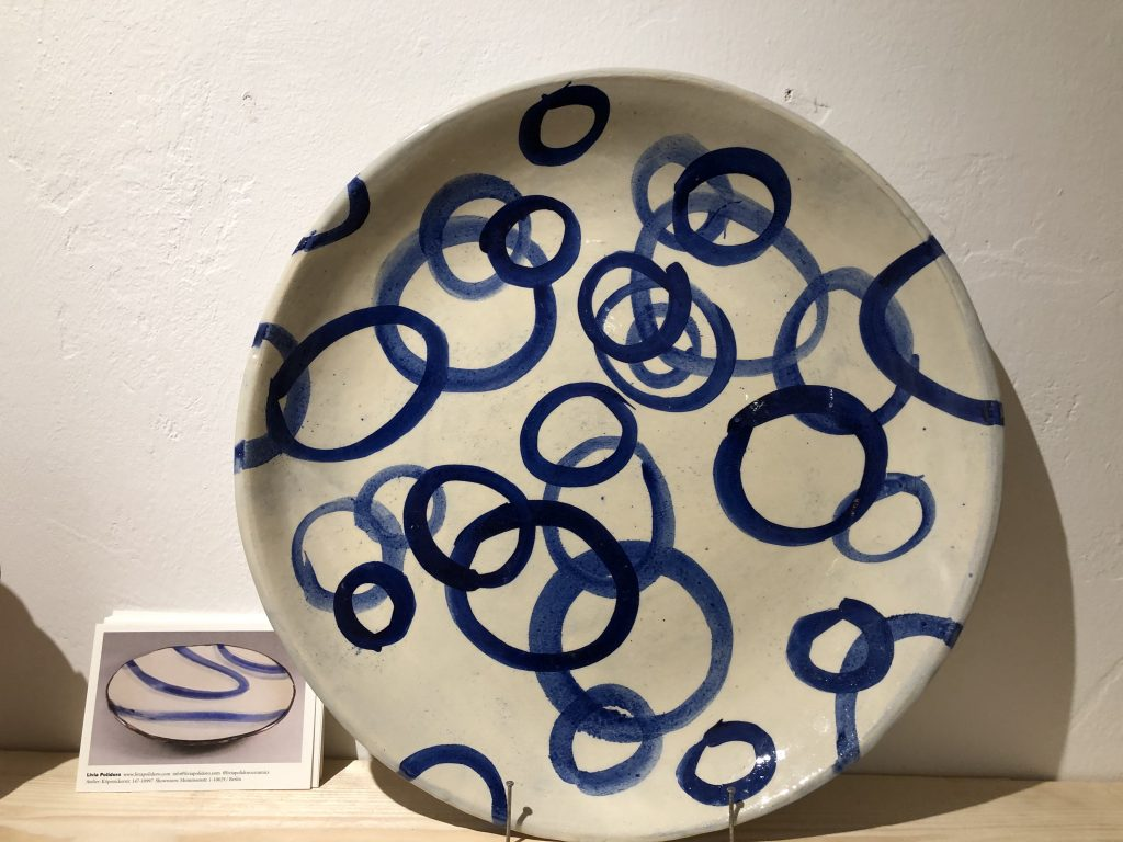 Großer Teller mit blauen Kreisen